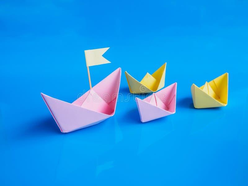 领导和队运作概念,纸小船小组工艺或 免版税图库摄影