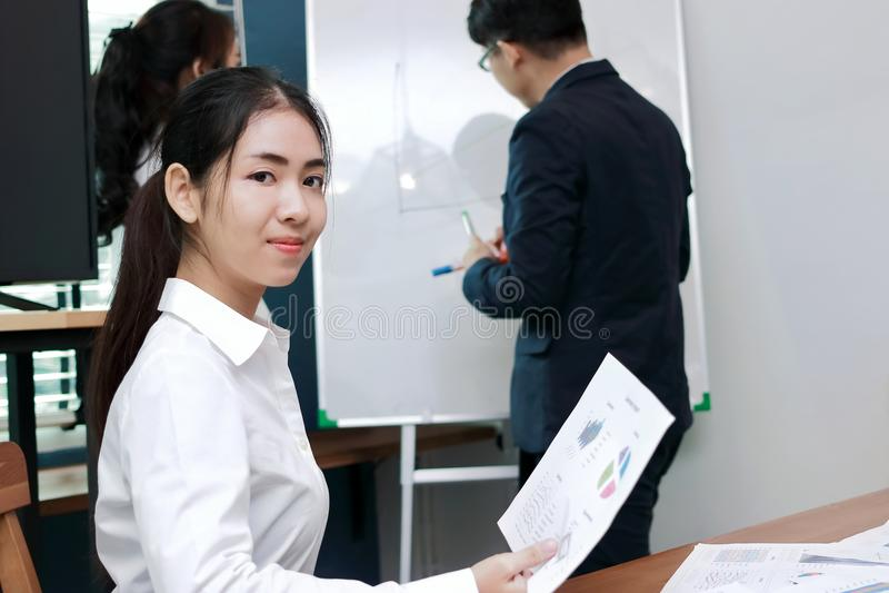 领导女商人概念 微笑在听的确信的年轻亚裔女实业家介绍之间在现代办公室 免版税图库摄影