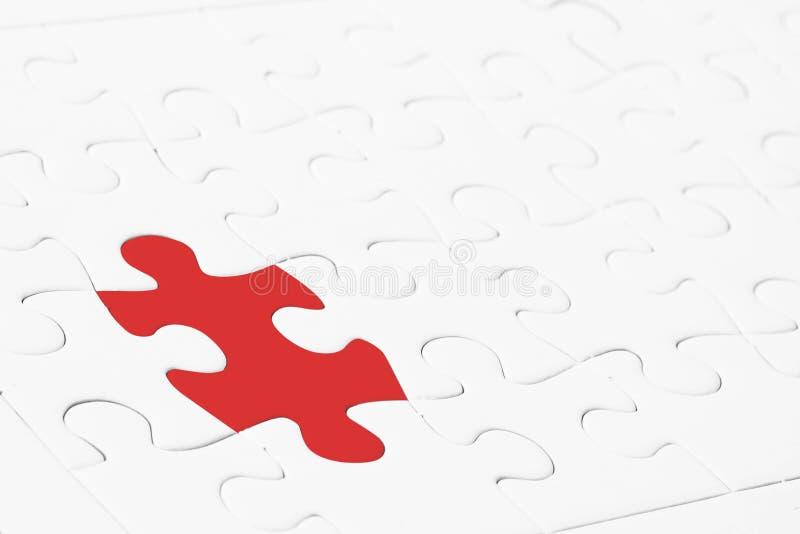领导或想法的另外概念 关闭红色拼图在白色中间 免版税库存照片