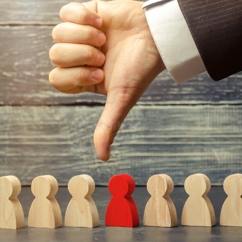 领导把手指指向雇员 选择队的一个人 解雇雇员 工作的人员的减少 免版税库存图片