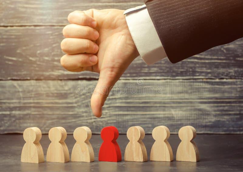 领导把手指指向雇员 选择队的一个人 解雇雇员 工作的人员的减少 库存图片