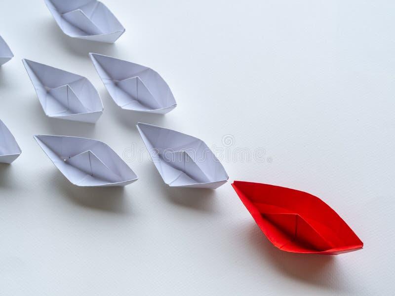 领导概念 在白色中的红色纸船主角 领导先锋一 免版税库存图片