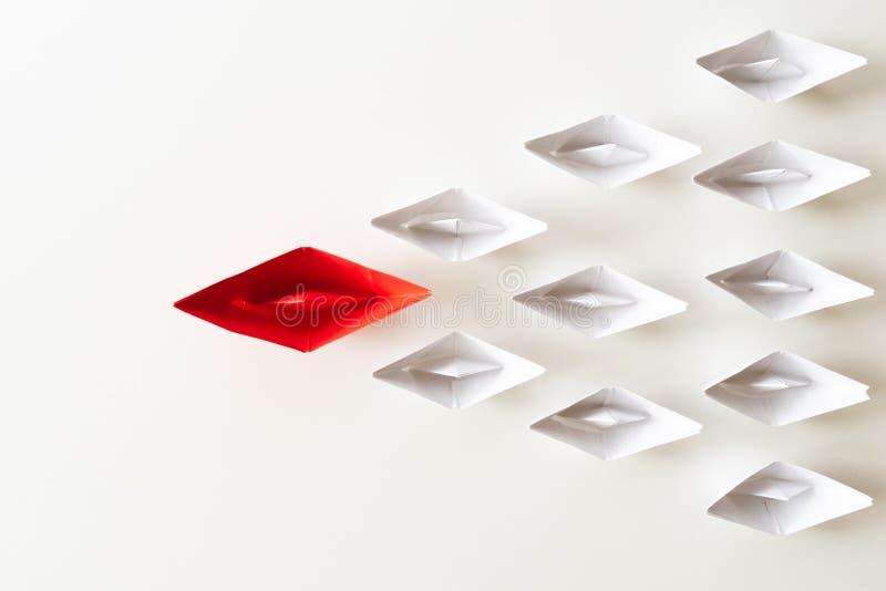 领导概念 在白色中的红色纸船主角 领导先锋一 库存照片