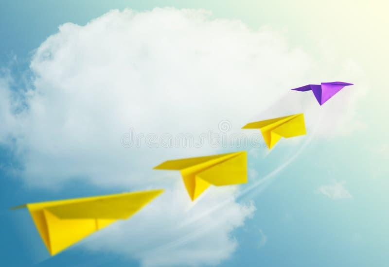 领导概念 带领队的独特的纸飞机入 图库摄影