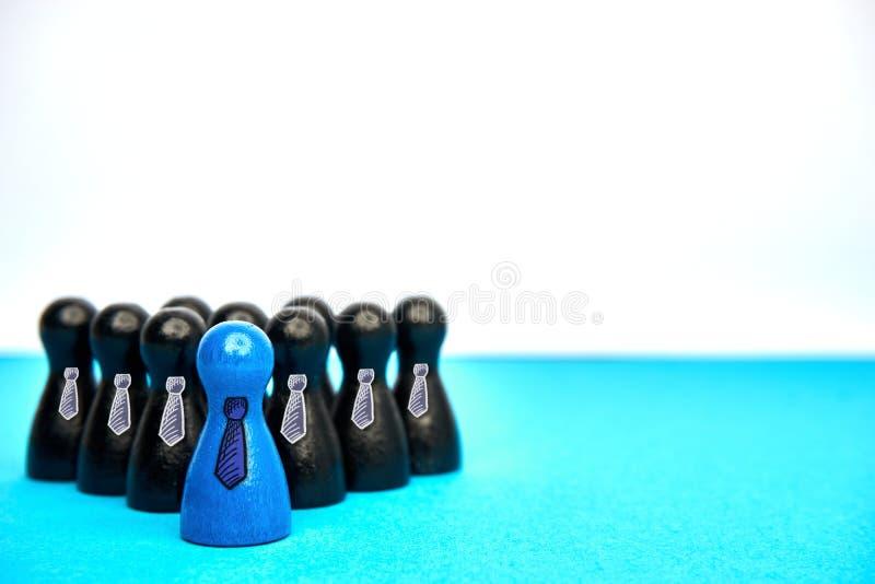 领导的概念与比赛计算与在蓝色和黑的领带与copyspace 图库摄影