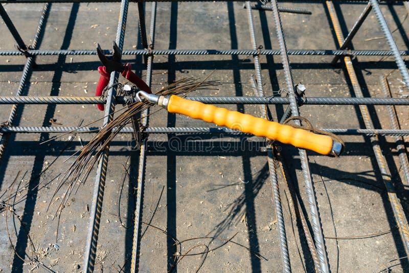 领带钢筋在工地工作的射线笼子 钢筋混凝土的钢配筋 免版税图库摄影