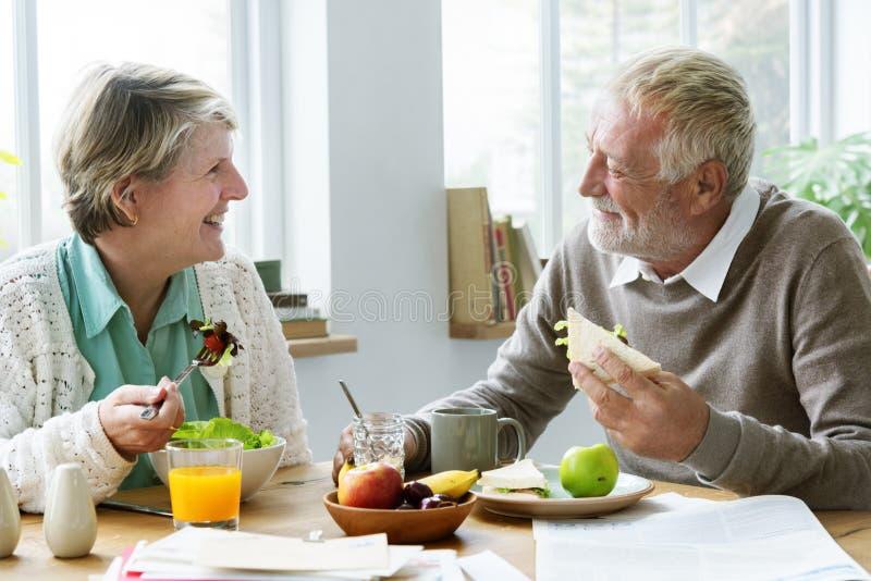 领抚恤金者年长夫妇吃早午餐概念 库存照片