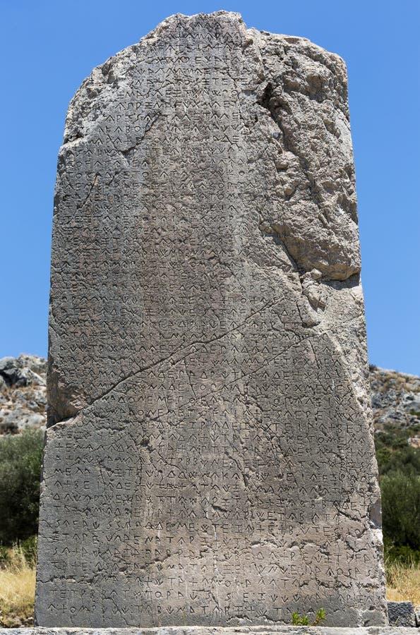 题写的柱子在Xanthos古城,安塔利亚 免版税图库摄影