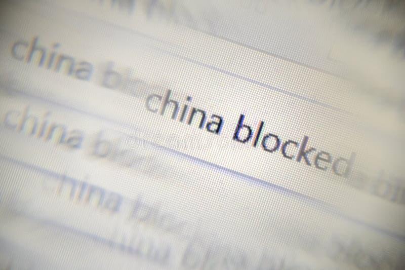 题字中国的被弄脏的再生产的小故障作用被阻拦 一显示器的一张宏观照片有文本的在a 图库摄影