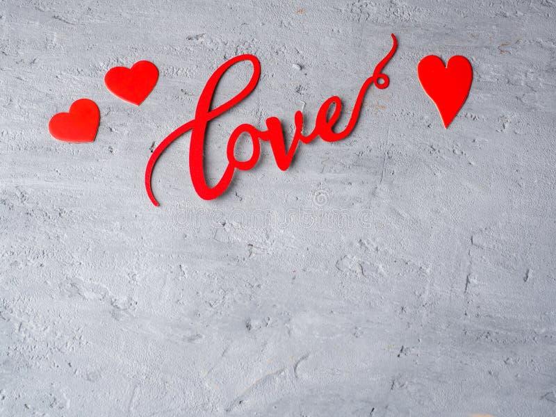 题字在华伦泰` s天拷贝空间具体背景的爱和纸心脏  库存图片