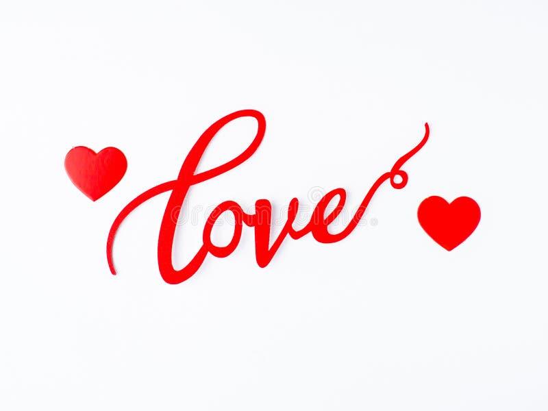 题字在华伦泰` s天拷贝空间具体背景的爱和纸心脏  免版税库存图片