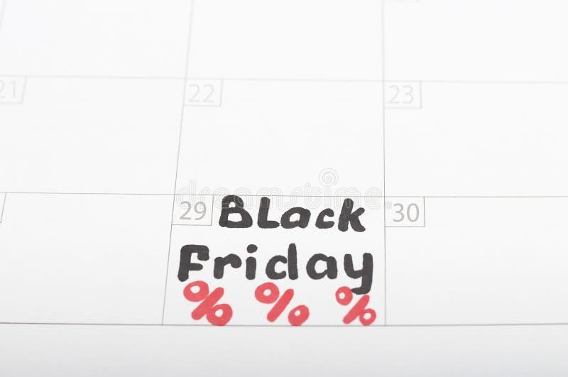 题字在日历的黑色星期五2019年和和百分号,特写镜头 免版税库存图片