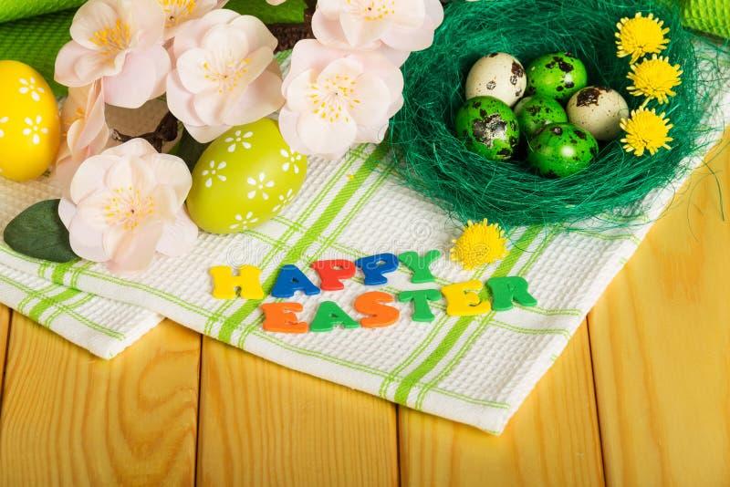 题字复活节快乐,色的复活节彩蛋,花的毛巾 库存图片