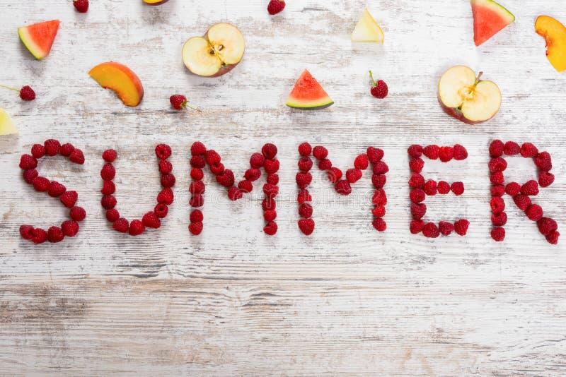 题字夏天在织地不很细轻的木背景的莓莓果 免版税图库摄影