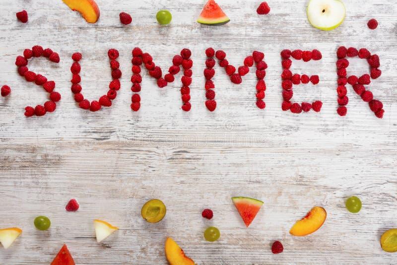 题字夏天在织地不很细轻的木背景的莓莓果 库存图片