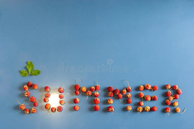 题字夏天标示用在一瓷砖的草莓有尘土纹理的 在信件C上的一片叶子 从ligh的光 免版税库存图片