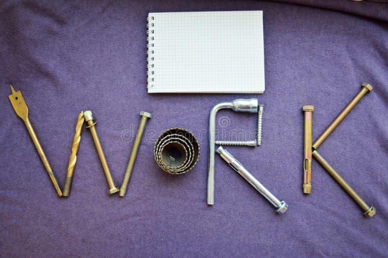 题字工作由固定螺栓,螺丝, svermami写 库存照片