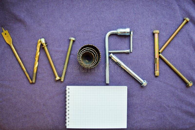 题字工作由固定螺栓,螺丝, svermami写 库存图片