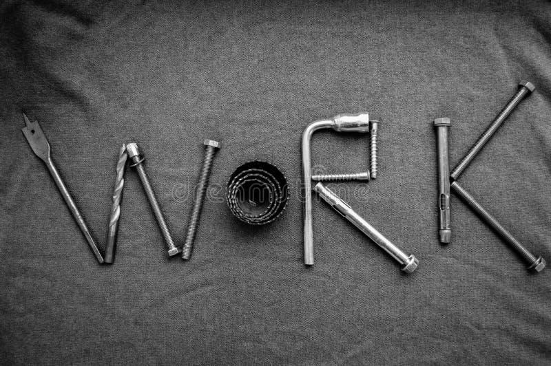 题字工作由金属固定螺栓,螺丝, svermami,板钳写 工作由对象做成 词工作 图库摄影