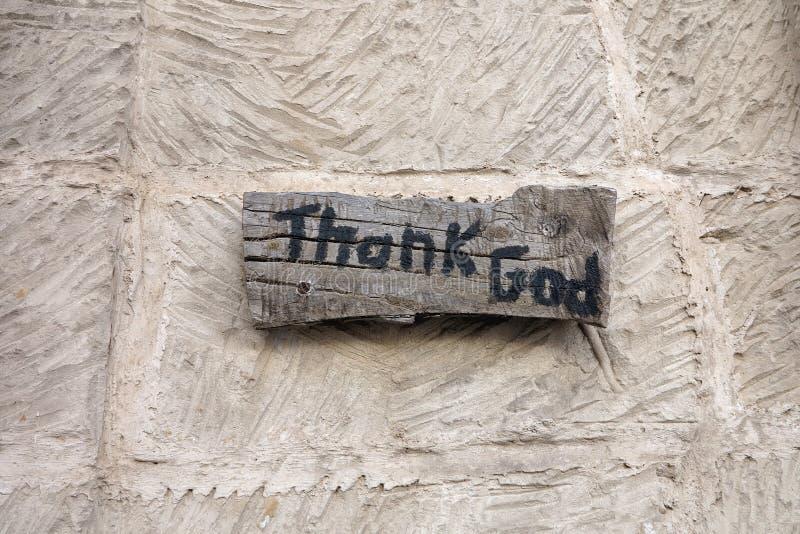 题字感谢木板的上帝在墙壁背景 库存图片