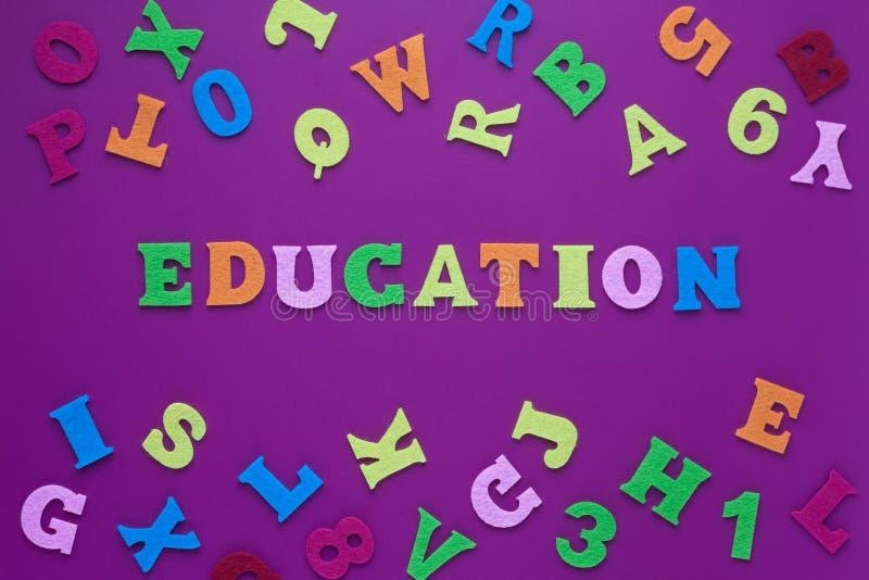 题字教育紫色背景抽象特写镜头装饰设计的 在紫色背景的题字教育 免版税库存图片