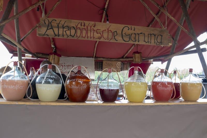 题字:从玫瑰花瓣的年轻酒,蒲公英,接骨木浆果,中世纪欢欣 历史事件的重建  免版税图库摄影