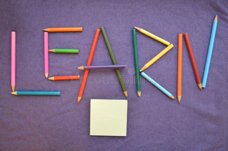 题字`学会`在色的铅笔被写 库存照片