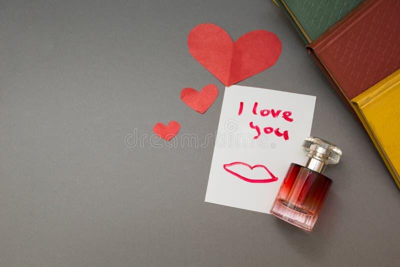 题字-我爱你和红心,香水 免版税图库摄影
