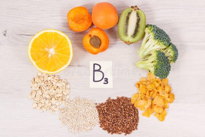 题字B3和包含维生素的滋补产品和矿物、健康生活方式和营养概念 免版税库存照片