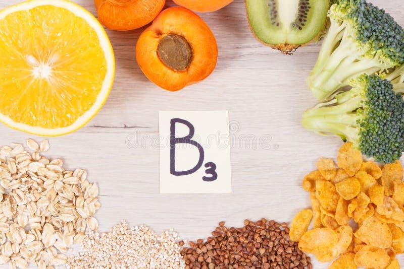 题字B3和包含维生素的滋补产品和矿物、健康生活方式和营养概念 库存图片