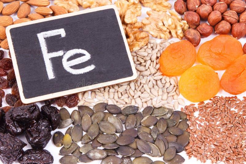 题字Fe和自然健康成份当来源铁、维生素、矿物和饮食纤维 免版税图库摄影