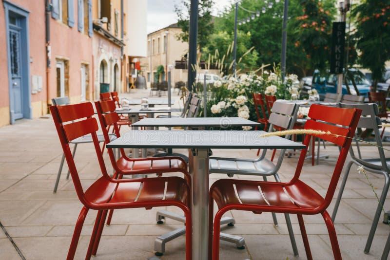 题材咖啡馆和餐馆 街道咖啡馆商店的明亮的颜色外部夏天大阳台在欧洲在法国 被保存的桌Wi 库存图片