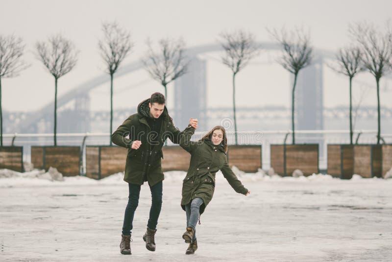 题材恶劣天气在冬天,解冻在春天,都市公共事业的恶劣的积雪的清除工作 下跌伤害的危险,滑倒  免版税库存图片