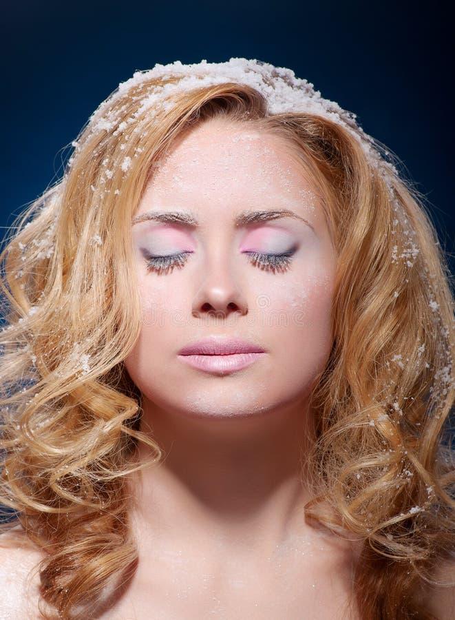 颜色剥皮多雪的温暖的妇女年轻人 图库摄影