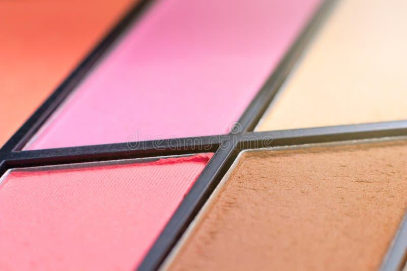 颜色唇膏调色板,特写镜头刷子 装饰的化妆用品 库存图片