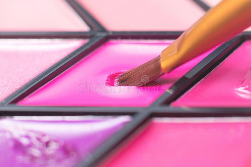 颜色唇膏调色板,特写镜头刷子 装饰的化妆用品 免版税图库摄影