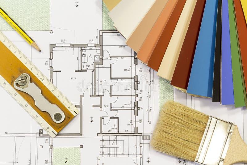 颜色图表和刷子与居民住房射出 库存照片