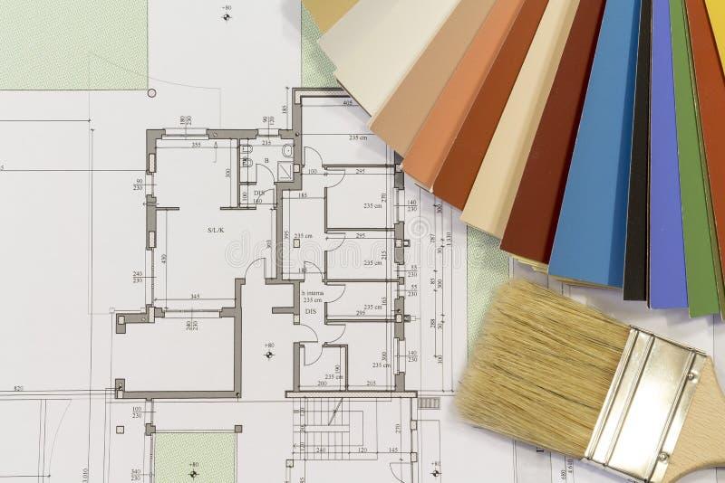 颜色图表和刷子与居民住房射出 免版税图库摄影