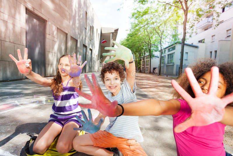颜色在孩子的白垩手上编组棕榈 库存照片