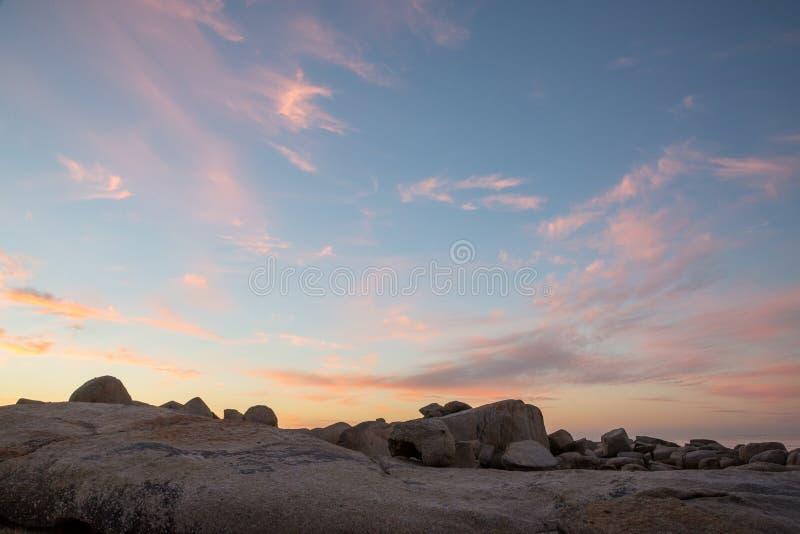 颜色在日落的云彩形成与岩石 库存照片