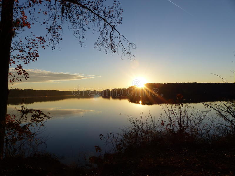 颜色在湖Acworth,乔治亚的转移日出 库存照片