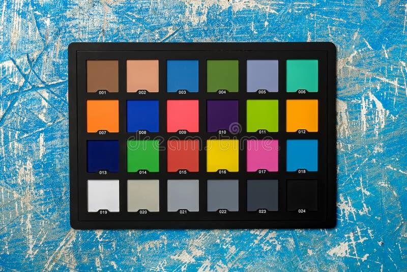颜色在蓝色背景的验查员护照以抓痕 特写镜头视图从上面 库存照片