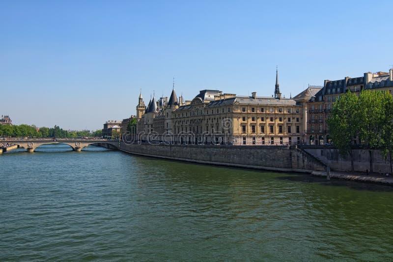 颜色室外巴黎都市风景照片 桥梁Pont在塞纳河的澳大利亚变化在巴黎,法国上 法国地区法院大厦  免版税库存图片
