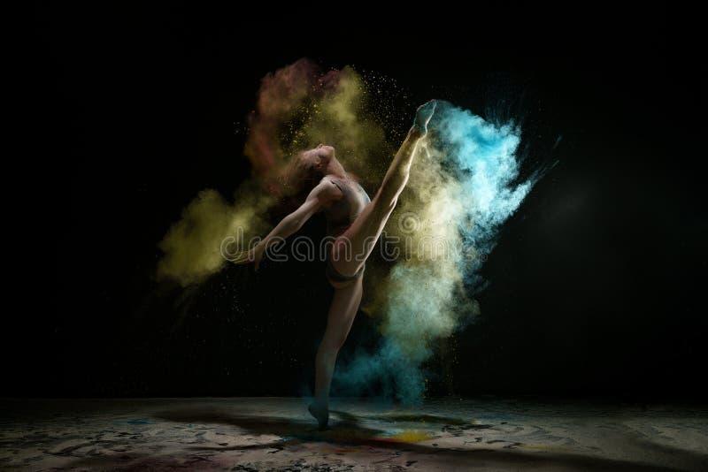 颜色尘土演播室画象云彩的性感的女孩  库存图片