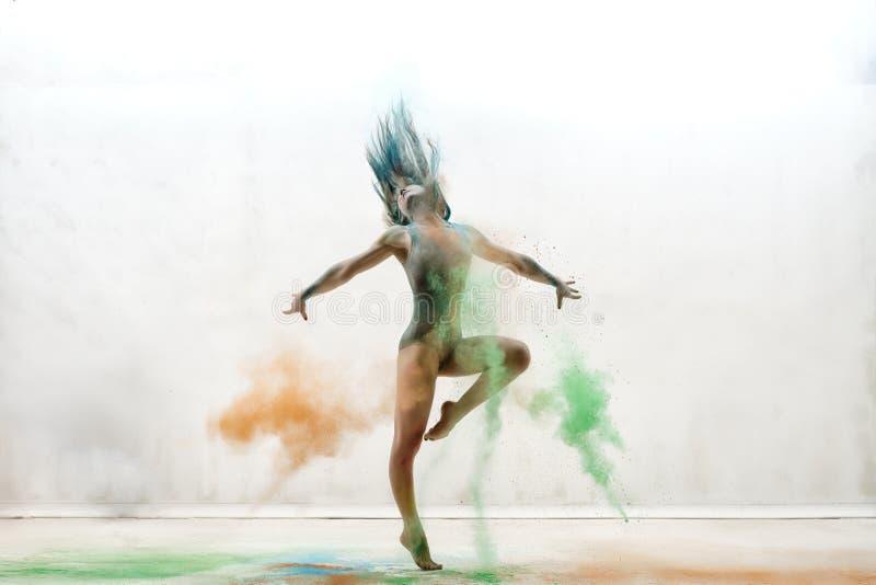 颜色尘土演播室画象云彩的性感的女孩  免版税库存图片