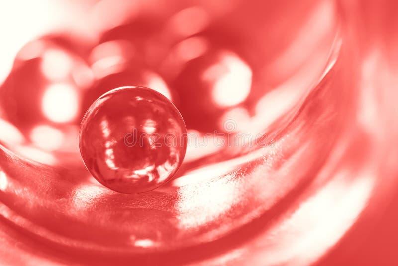 颜色居住的珊瑚的玻璃球在抽象背景的 选择聚焦 库存照片