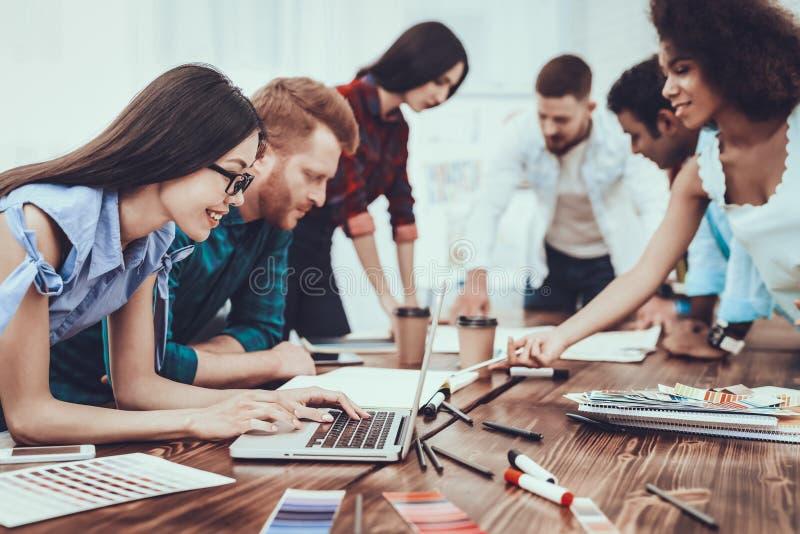 颜色样品 设计 组 在新人的白人妇女的背景愉快的查出的人 膝上型计算机 免版税库存照片