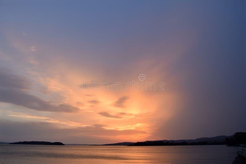 日落��b%�/i�k�y�_颜色爆炸在特拉西梅诺湖的日落的-翁布里亚-意大利07