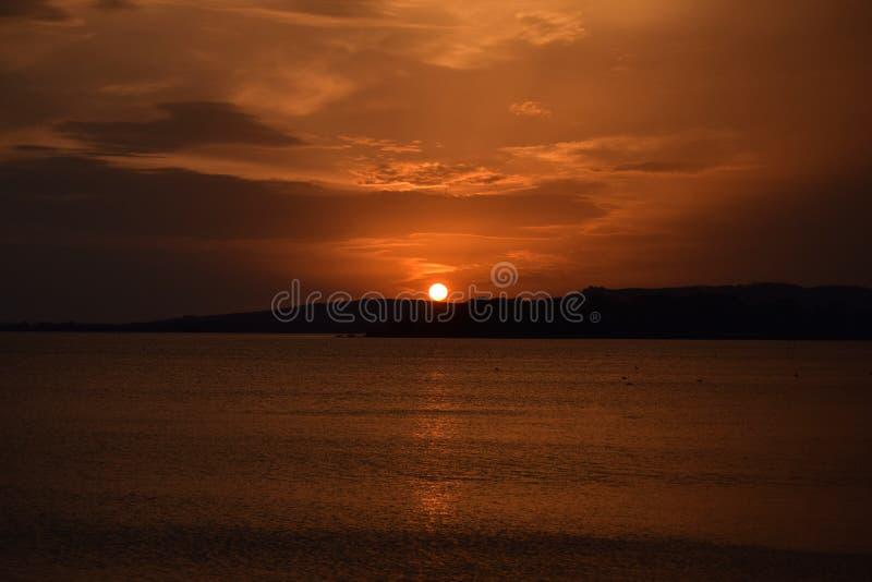 日落��b%�/i�k�y�_颜色爆炸在日落的在特拉西梅诺湖在翁布里亚- i