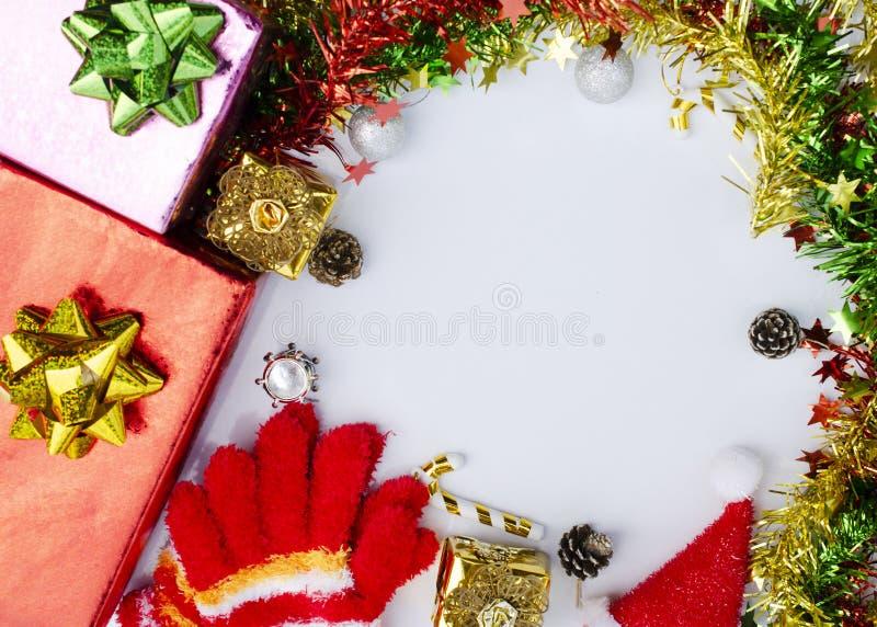 颜色礼物盒,在白色backg的冷杉分支圣诞节框架  免版税库存图片